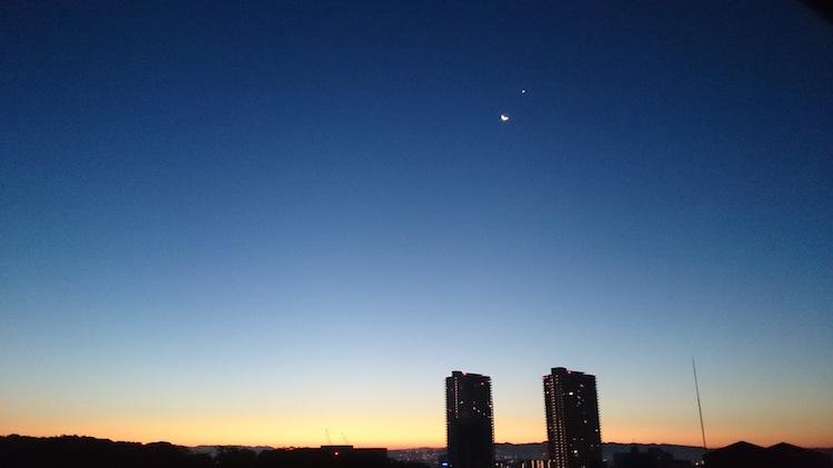 朝焼けと月