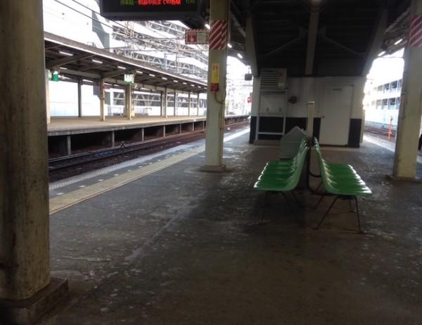 休日の夕方(南海の駅のホームにて)