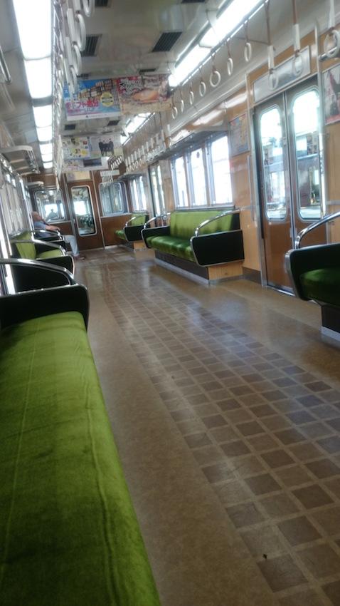 休日朝の阪急電車