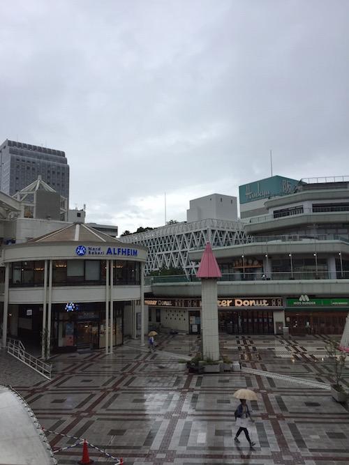 台風接近前の千里中央の広場