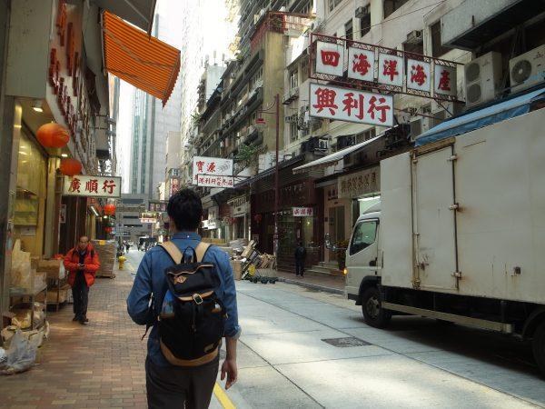 香港の街をねり歩く