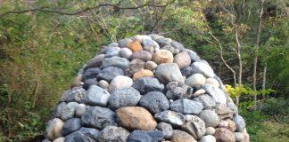 石でできた、大きな卵型のアート