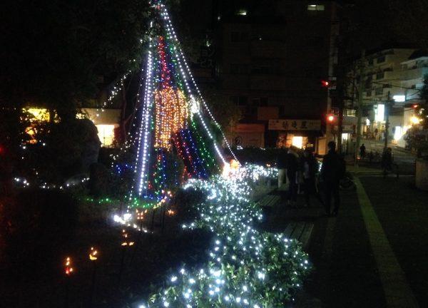 緑地公園駅からの歩道もクリスマスモードです。