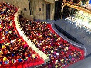 梅田にて レゴブロックで作られた梅田芸術劇場だそうです。細かいところまで作り込まれていて凄いですね。
