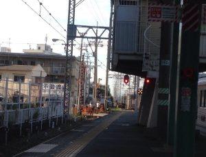 夕方の電車の駅のホームです。帰宅ラッシュの前の静けさです。