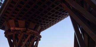 夕暮れ時の金沢駅前の鼓門