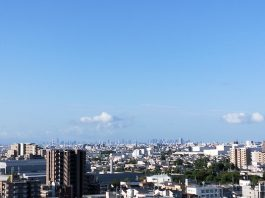 晴天の秋空。遠くに梅田ビル群