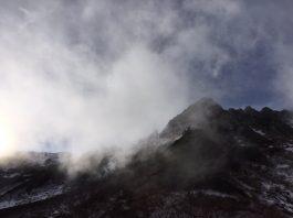 霧がかかった駒ヶ岳