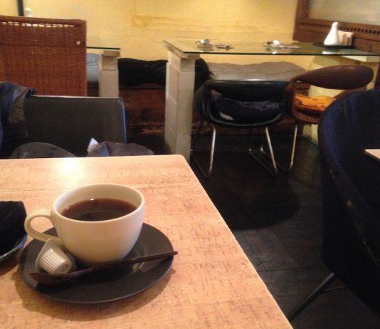お正月の1日から開いていたカフェです。 チェーン店でなく、店名もよく分からないところでした。 入ってみるとお客さんは誰もおらず、 少し不思議な感じでした。 コーヒーだけ注文して待っていると、 少しずつ他のお客さんが入ってこられました。