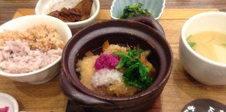 梅田にある、オーガニック素材を使用している定食屋さんにて。「ナチュラルキッチン」というところです。お椀にあるのは、玄米と小豆ご飯です。優しい味でとても美味しかったです。