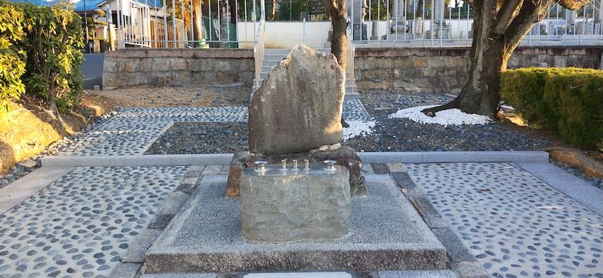 三好義興の墓石