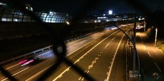 金網越しの高速道路