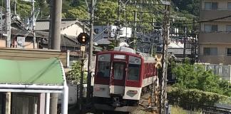 のどかな場所で走る近鉄電車。このまま田舎へ旅に行きたくなります。