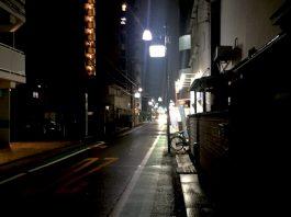 小雨の中の商店街通り