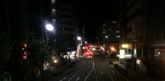 連休中の江坂の交差点