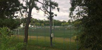 緑地公園サッカー場の脇を通る