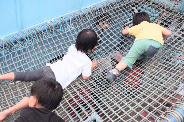 網の向こうにいる子供と交信中