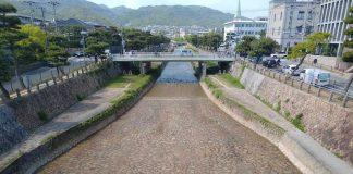 阪神芦屋駅から芦屋川を見たら川底は石畳でした